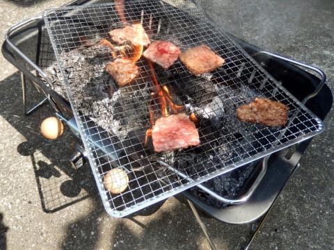 バーベキューで焦げた肉