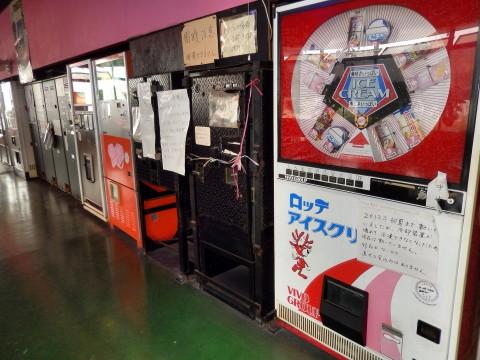 オートレストラン鉄剣タローの食品自動販売機「ロッテアイスクリーム」