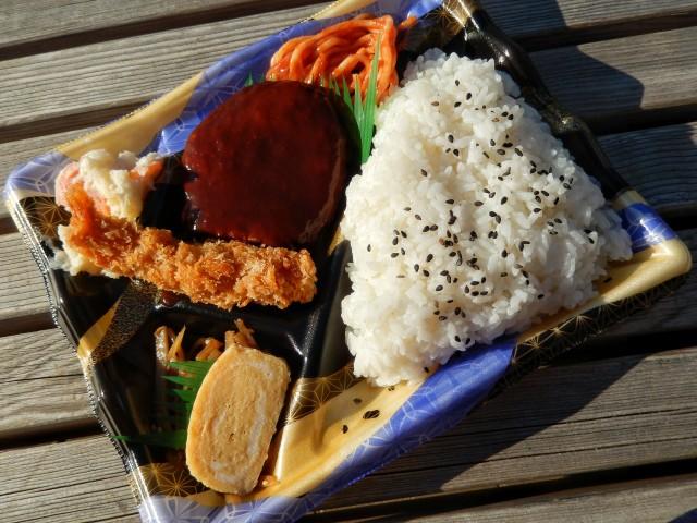 西友の284円シリーズ「ハンバーグ&エビフライ弁当」②