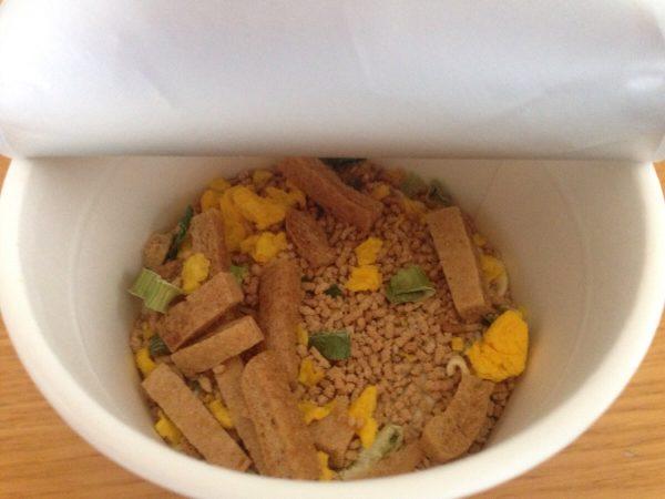 セコマのカップ麺「きざみ揚げ入り道産昆布だしうどん」②