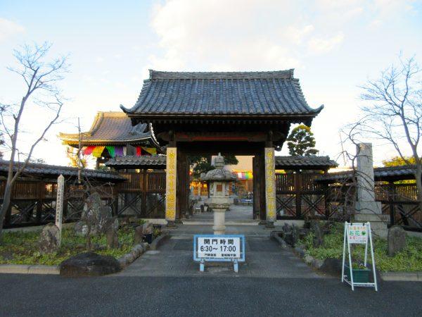 埼玉県上尾市にある遍照院の山門