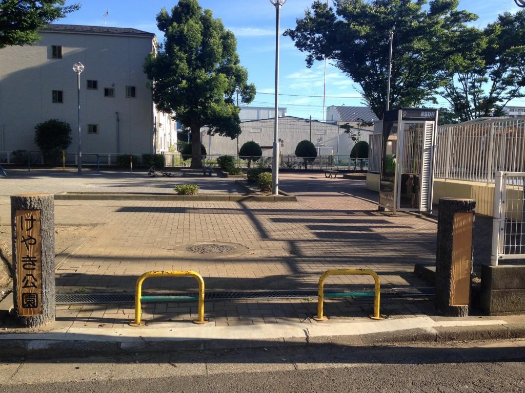 埼玉県戸田市の住宅街にある「けやき公園」にはプールがある。バスケットゴールは撤去されていた。