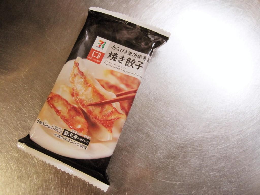 【冷凍食品】セブンイレブンの焼き餃子が美味い!タレは酢胡椒がおすすめ。
