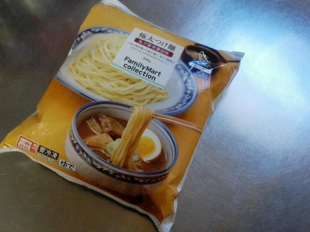 ファミマの冷凍極太つけ面は麺が本格的でスープもかなり濃厚。