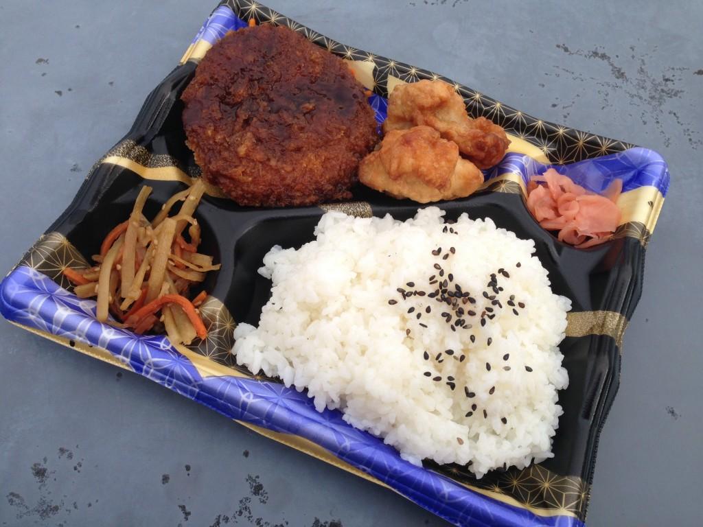 西友のお弁当「メンチカツ&唐揚弁当」は普通においしいと思う。