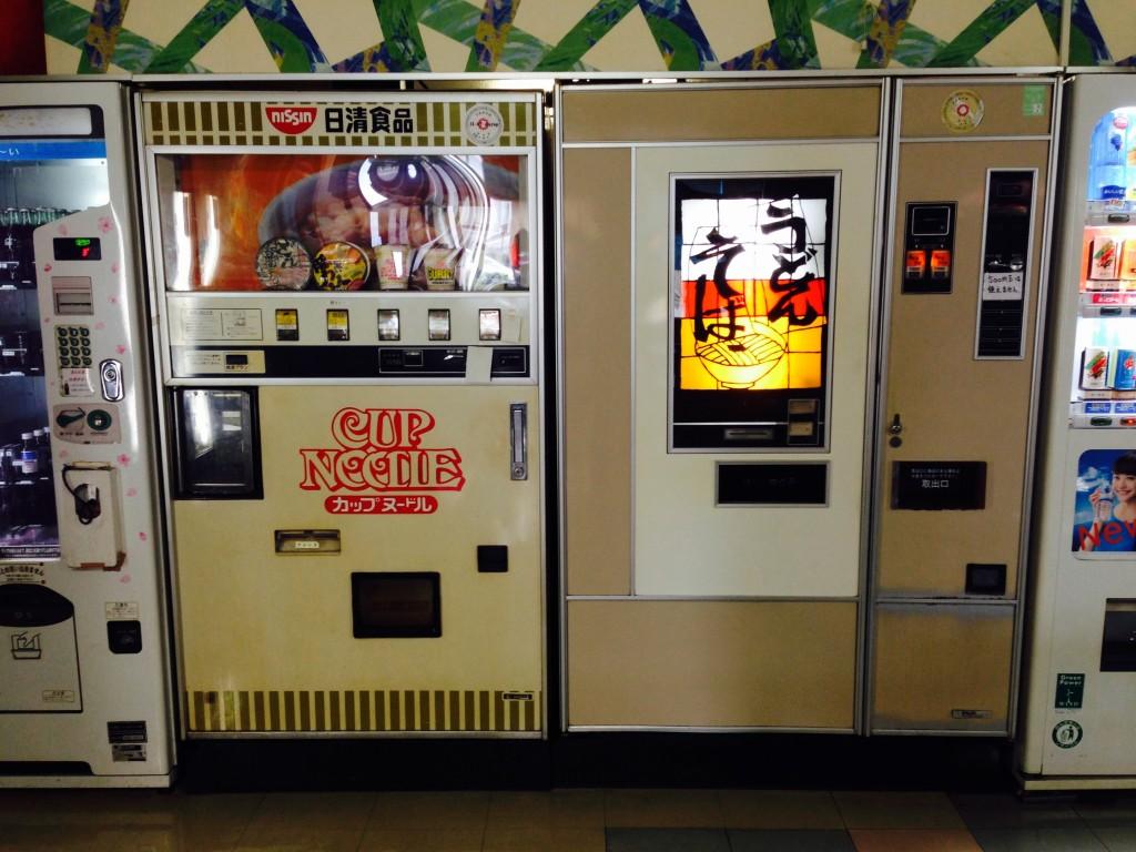 昭和の遺産!オートパーラー上尾がうどん・そばの食品自販機を値上げ!
