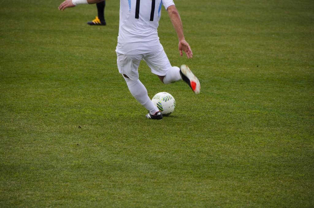 サッカーの基本的なキックの種類!インサイド・インステップ・アウトサイドの蹴り方やコツ。