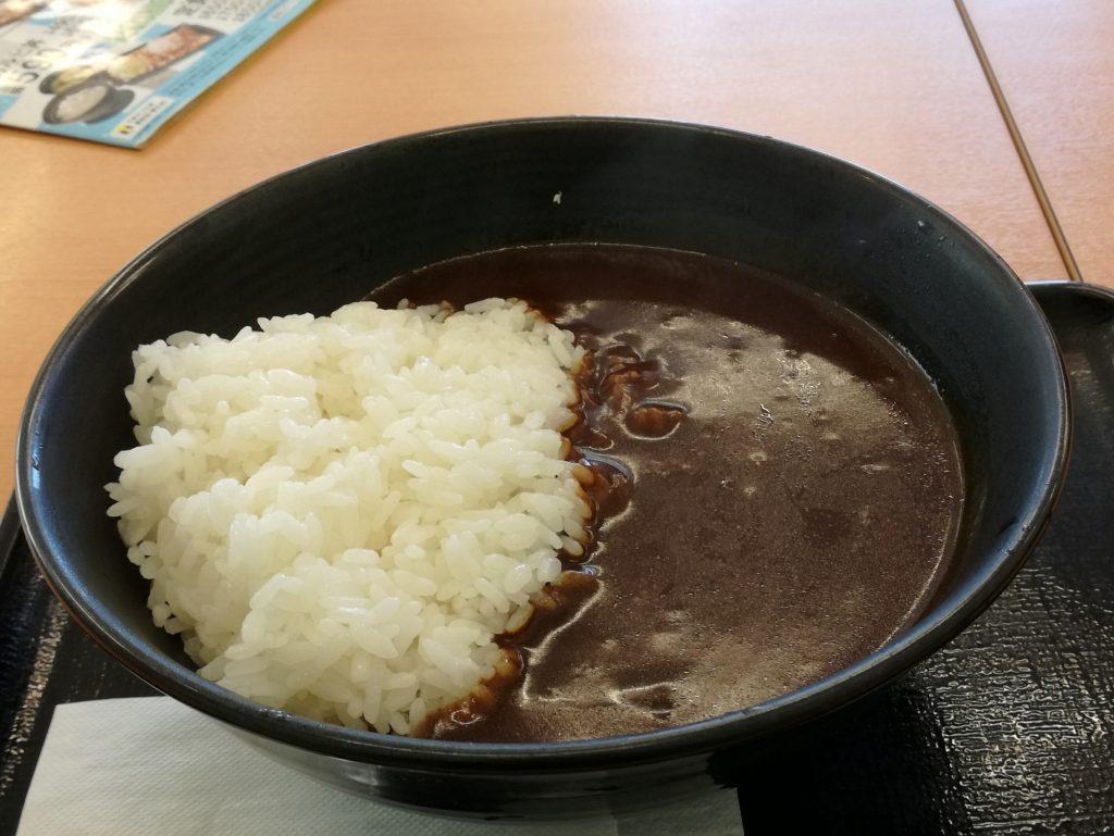 まずい!と評判の吉野家の新メニュー「黒カレー」を食べてきた感想。